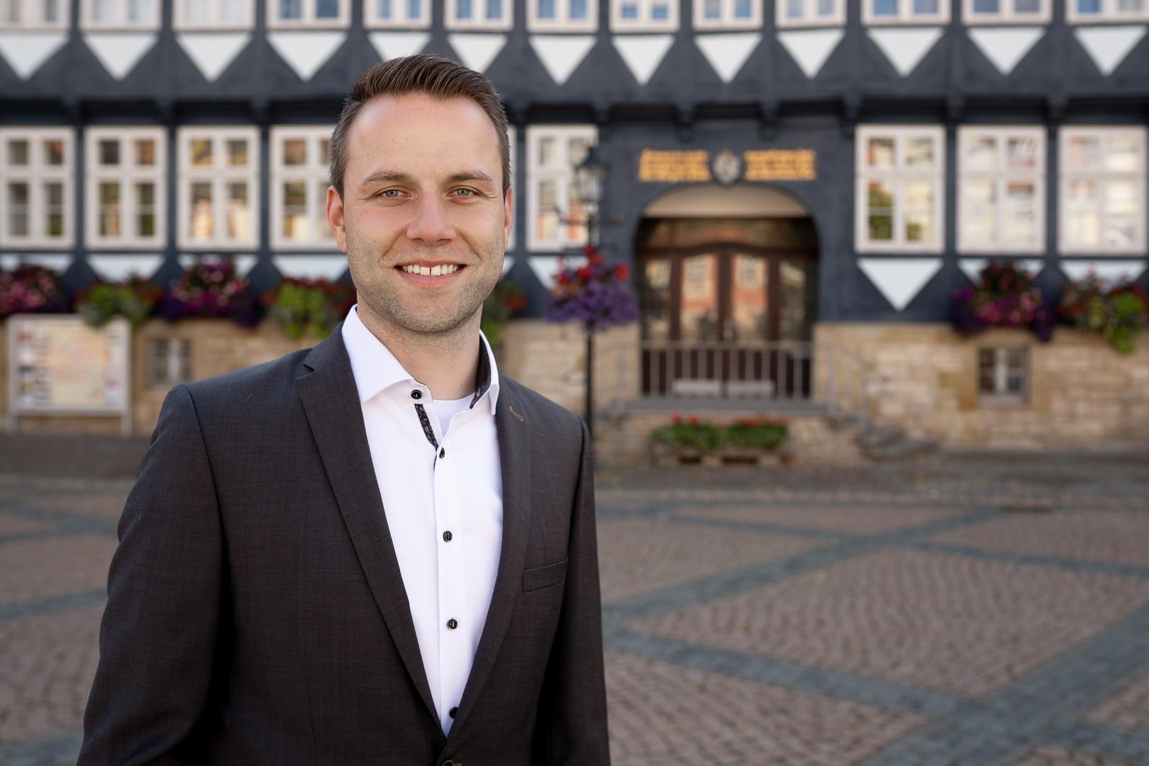 Dennis Berger, Kandidat als Bürgermeister für Wolfenbüttel 2021, am Rathaus Stadtmarkt Wolfenbüttel