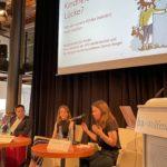 Frederike Lauer vom Jugendparlament Wolfenbüttel sitzt im Podium der Expertendiskussion Kindheit mit Lücke