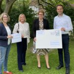 Inga Dixon, Dunja Kreiser und Dennis Berger übergeben die Ergebnisse an Sozialministerin Daniela Behrens