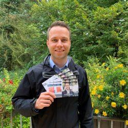 Dennis Berger beim Verteilen von der Postkarte Meine beste Idee in Wolfenbüttel