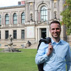 Dennis Berger vor der Herzog August Bibliothek in Wolfenbüttel - Wissen das die Zukunft sichert