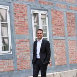 Dennis Berger vor einem Fachwerkhaus in Wolfenbüttel - Mehr Flair das unsere Stadt belebt